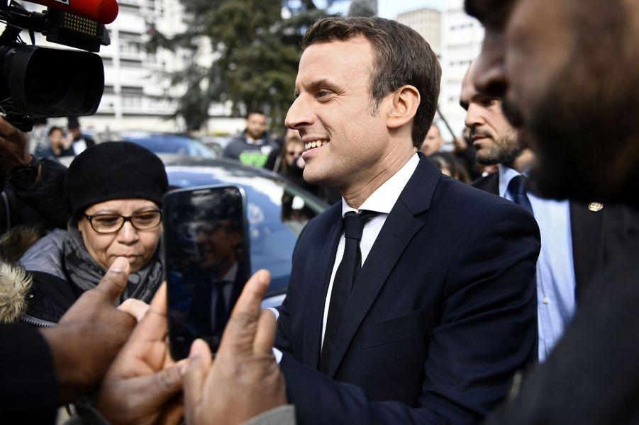 Emmanuel Macron est allé jeudi à la rencontre de militants associatifs de Sarcelles