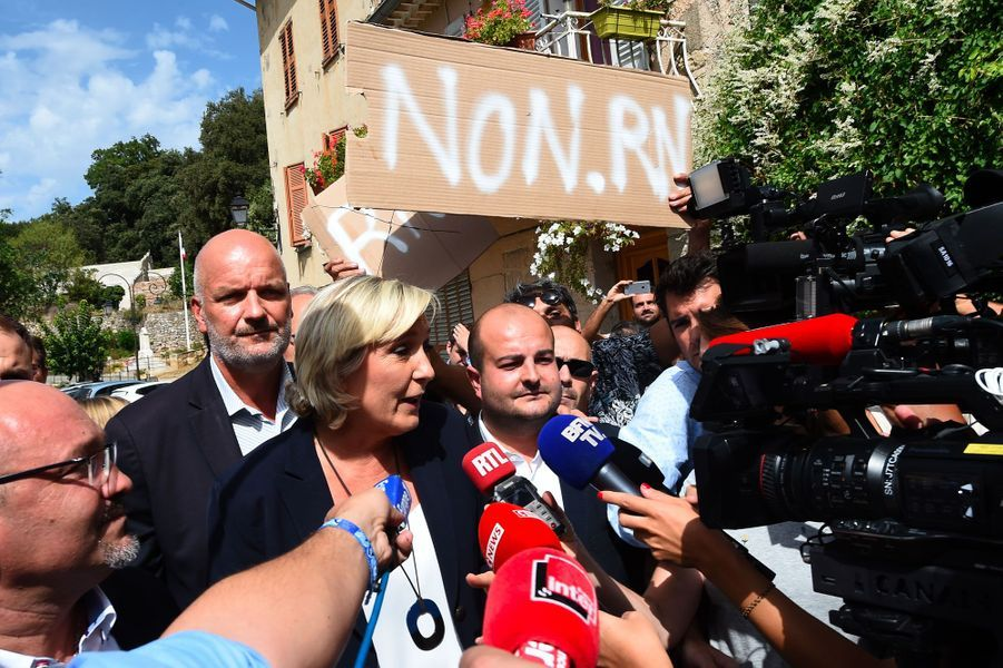 Des villageois opposés à Marine Le Pen ont tenté de lui barrer le passage, mercredi à Châteaudouble, dans le Var.