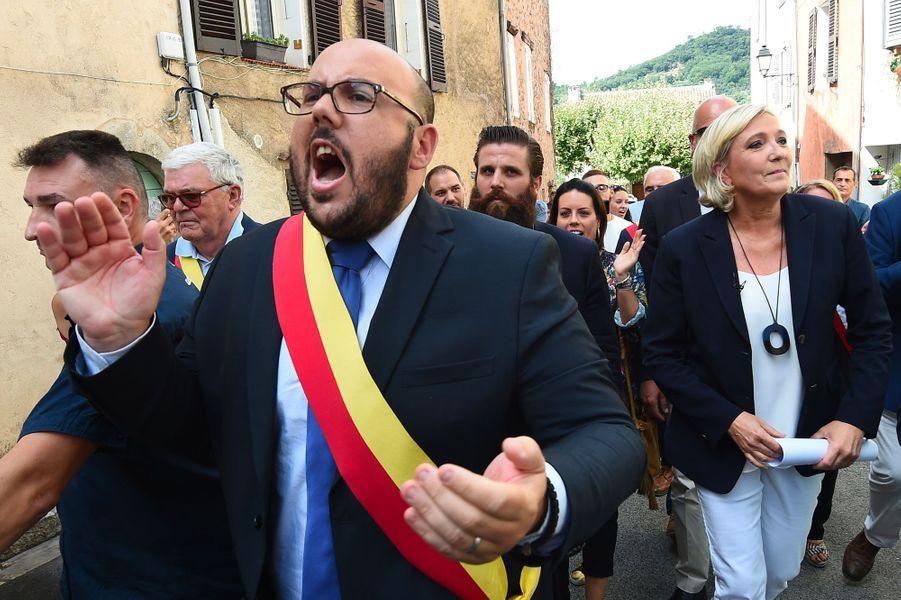 Marine Le Pen et Philippe Vardon à Châteaudouble, dans le Var, mercredi.