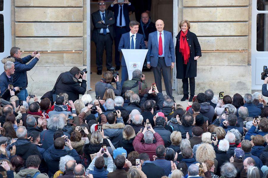 Alain Juppé, aux côtés de son épouse Isabelle et du nouveau maire Nicolas Florian.