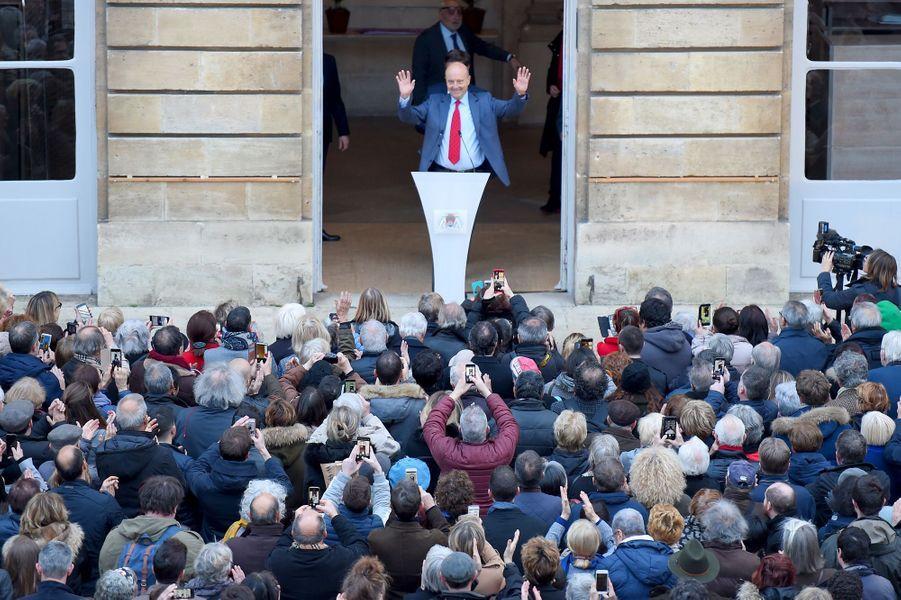 Des centaines de Bordelais se sont réunis dans la cour de la mairie pour venir saluer Alain Juppé.