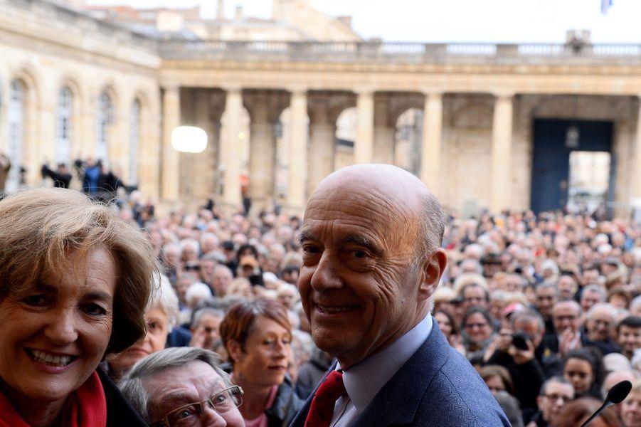 Des centaines de Bordelais se sont réunis dans la cour de la mairie pour venir saluer Alain Juppé, accompagné de son épouse Isabelle.
