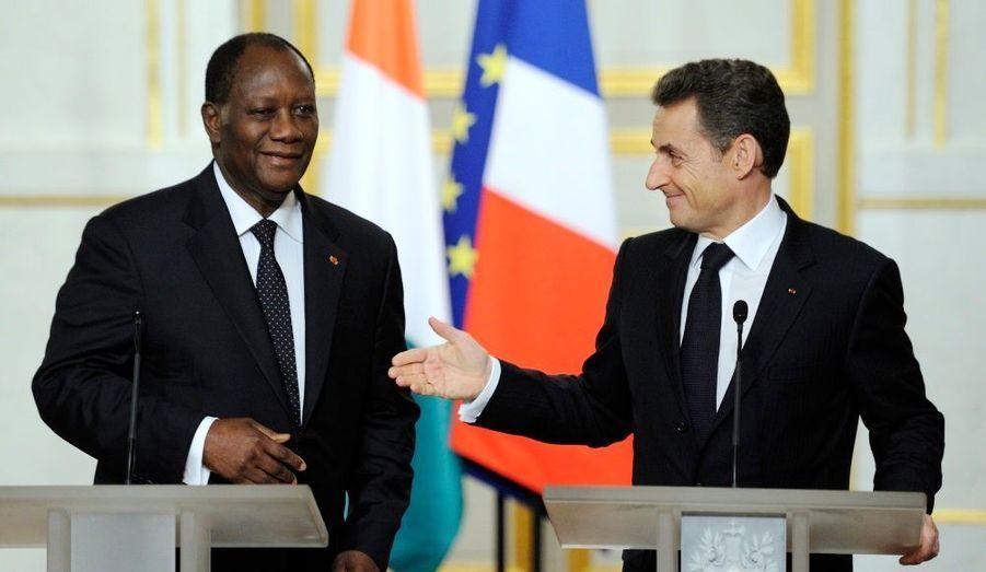 """Les champs Elysées aux couleurs de l'Afrique. Au deuxième jour de sa visite d'Etat, le président ivoirien a été reçu jeudi par Nicolas Sarkozy et son épouse au palais présidentiel. Alassane Ouattara a demandé le retour des entreprises françaises en Côté d'Ivoire et fait appel au soutien de Paris pour obtenir un accord de désendettement avec le Fonds monétaire international (FMI) dès le premier trimestre. """"La France doit rester dans notre pays plus longtemps et de manière plus substantielle"""", a-t-il déclaré. Un nouvel accord de défense bilatéral a été signé entre les deux puissances, prévoyant pour l'essentiel une assistance à la refonte des forces de sécurité ivoiriennes. """"Maintenant, nous sommes de retour sur le chemin de la paix"""", a fièrement annoncé Alassane Ouattara."""