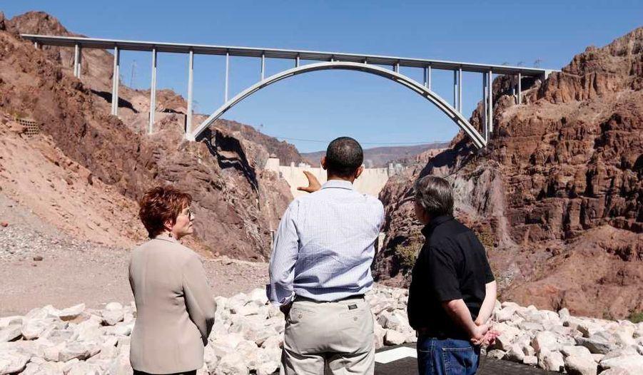 Obama est accompagné de Janel Brawner-Potucek, du Département de l'Intérieur, et de Rob Skordas, directeur adjoint chargé de l'histoire et de la logistique du barrage.