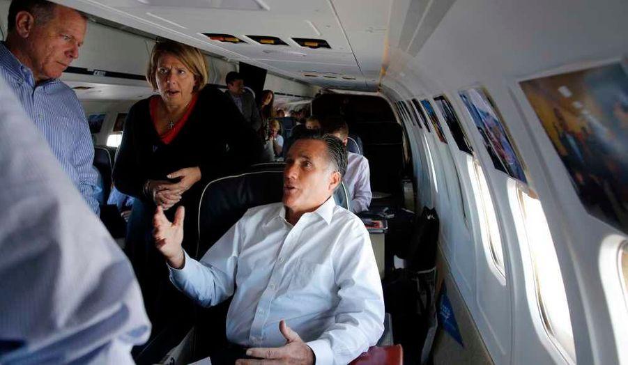 Romney avec Bob White et Beth Myers dans l'avion le conduisant à Denver.