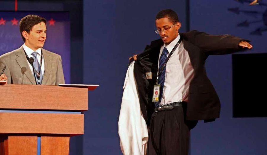 Les deux doublures des candidats à la présidentielle américaine, Zach Gonzales et Dia Mohamed, tous deux étudiants à l'université de Denver, en pleine répétition.