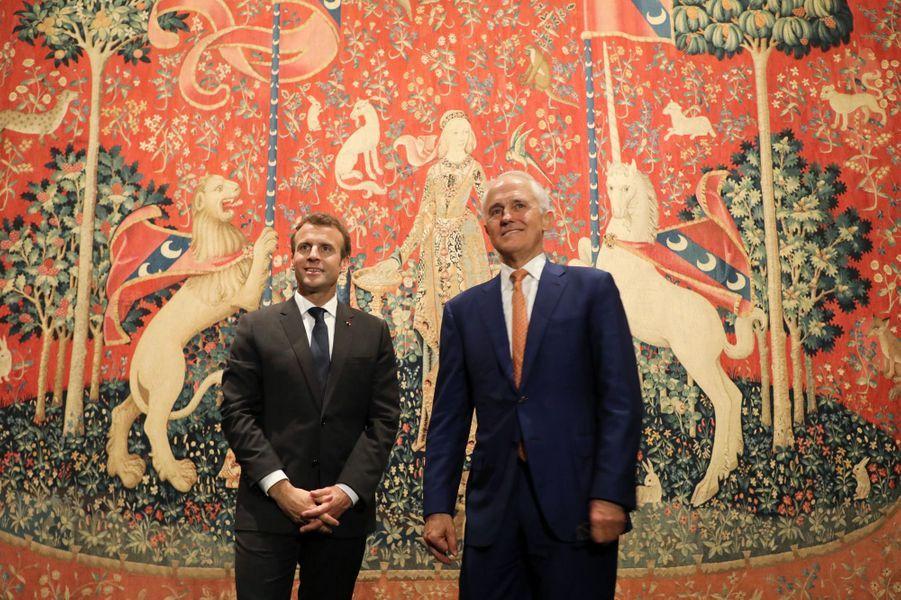 Emmanuel Macron etMalcolm Turnbull visitent la Galerie d'art de Nouvelle-Galles du Sud à Sydney.