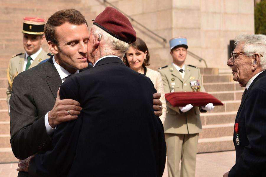 Emmanuel Macron a remis les insignes de Chevalier de la Légion d'honneur à trois anciens combattants australiens de la Seconde guerre mondiale, âgés de 91 à 101 ans. Ici,William MacKay.