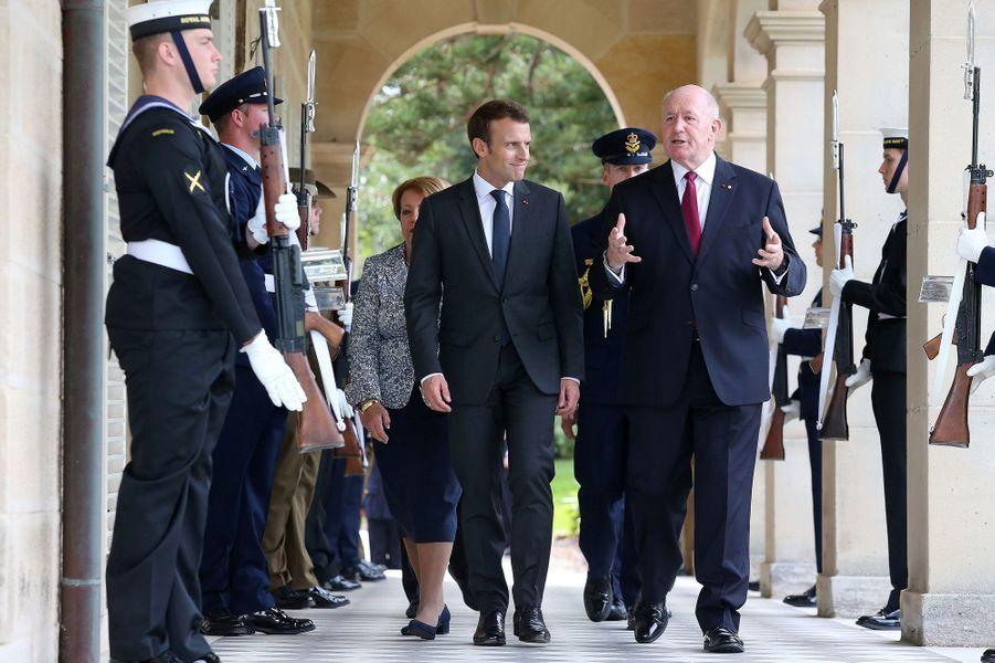 Emmanuel Macron et le gouverneur général Peter Cosgrove à Sydney mercredi.