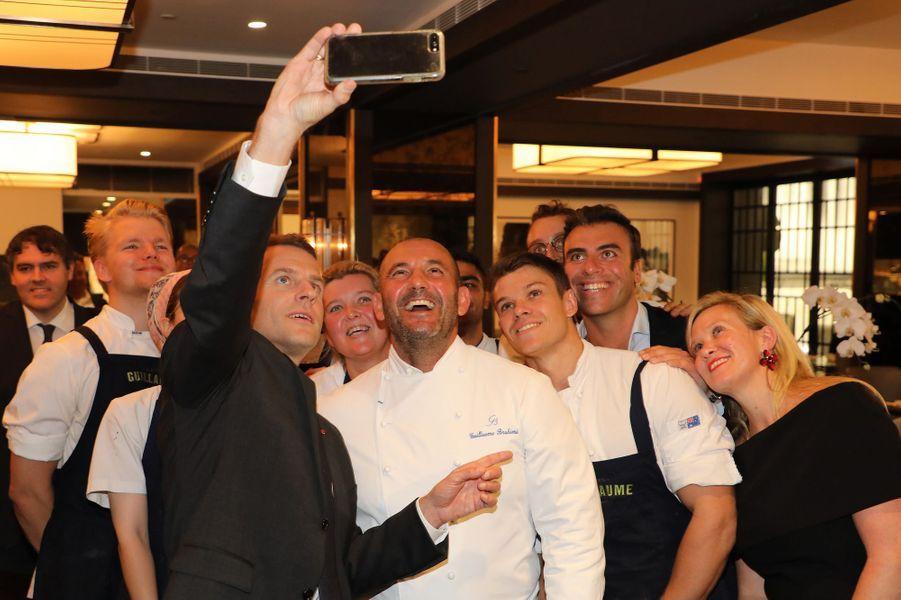 A Sydney, Emmanuel Macron prend un selfie avec le chef Guillaume Brahimi et son équipe.