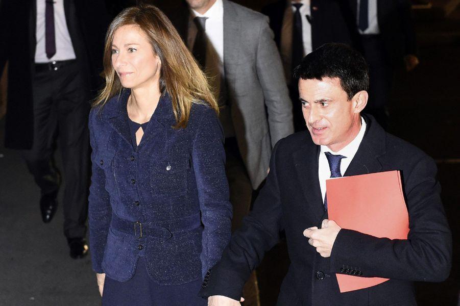 Anne Gravoin et Manuel Valls arrivent à Evry, lundi soir