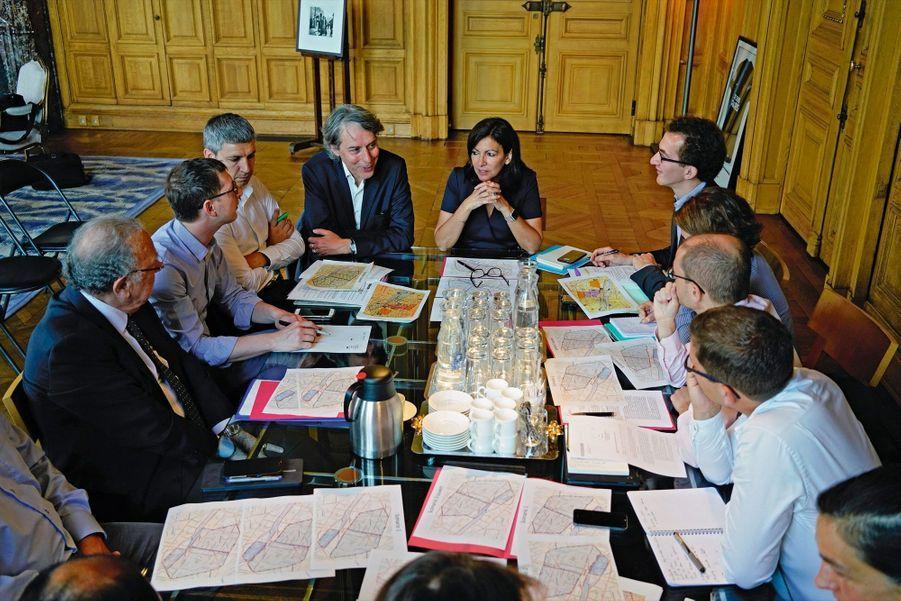 Chef d'orchestre. Réunion avec ses conseillers sur la piétonisation du centre de la capitale, le 28 mai.