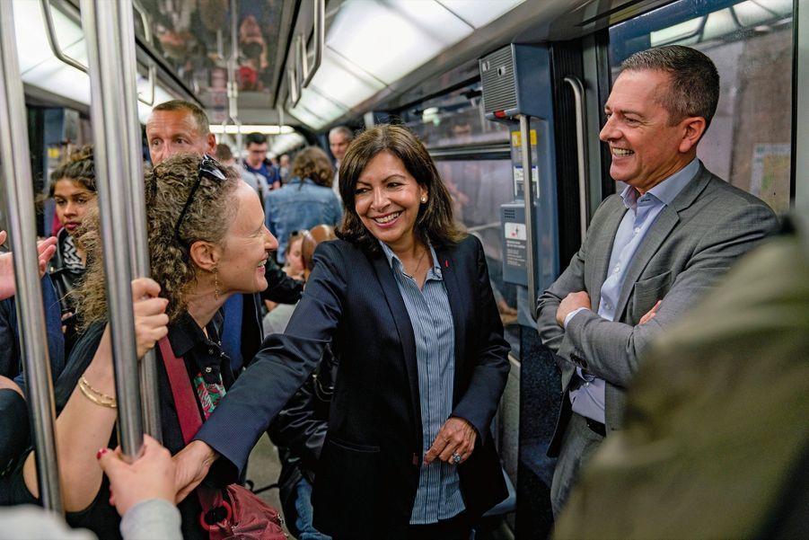 Accessible. Dans le métro, avec son adjointe Colombe Brossel et Gilles Alayrac, sous-directeur de la tranquillité publique à la Mairie, le 24 mai.