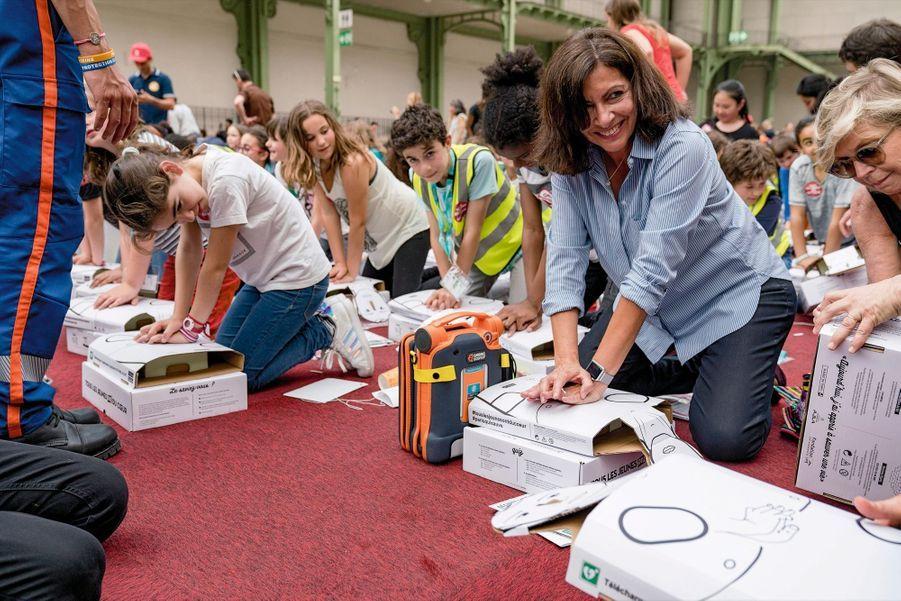 Impliquée. Initiation aux gestes de premiers secours avec des écoliers parisiens, le 24 mai.