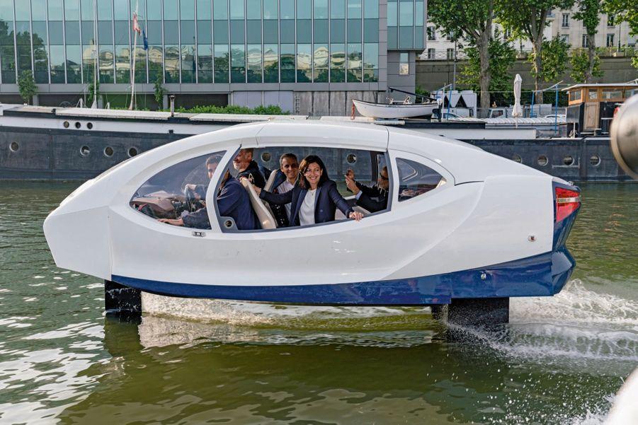 Novatrice. Sur la Seine, à bord d'une SeaBubbles, un « taxi volant » électrique, le 25 mai.