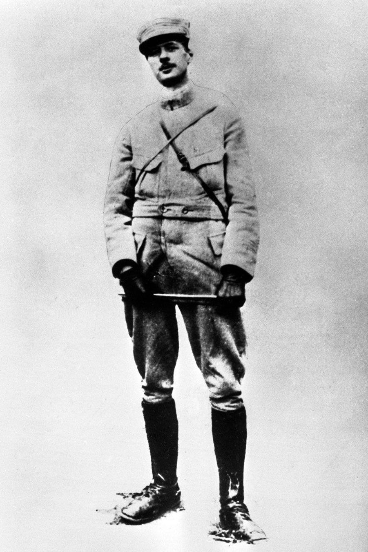 Charles de Gaulle sur une photo non datée, mais probablement prise durant la Première guerre mondiale, lorsqu'il était capitaine, avant l'âge de 40 ans.