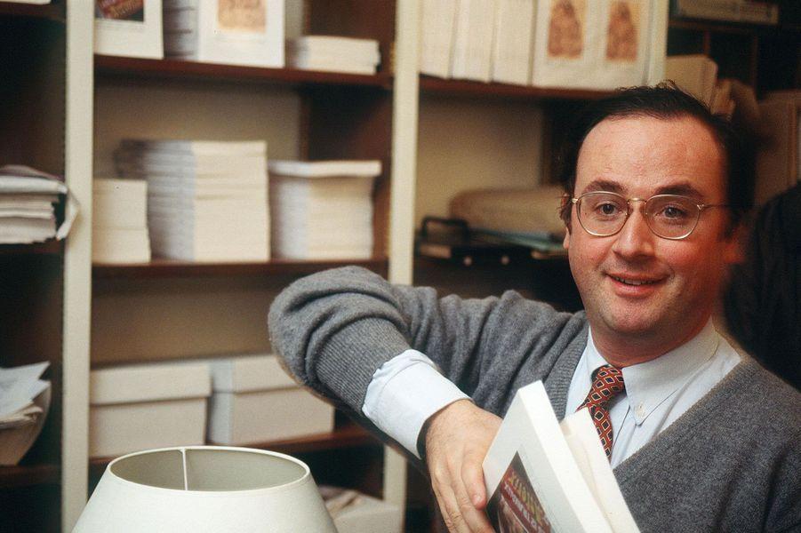 En 1994, François Hollande est un ancien député, balayé par la vague bleue de 1993. Il fait partie du Club Témoin, qui espère lancer la candidature à l'élection présidentielle de Jacques Delors en 1995; elle n'adviendra jamais.