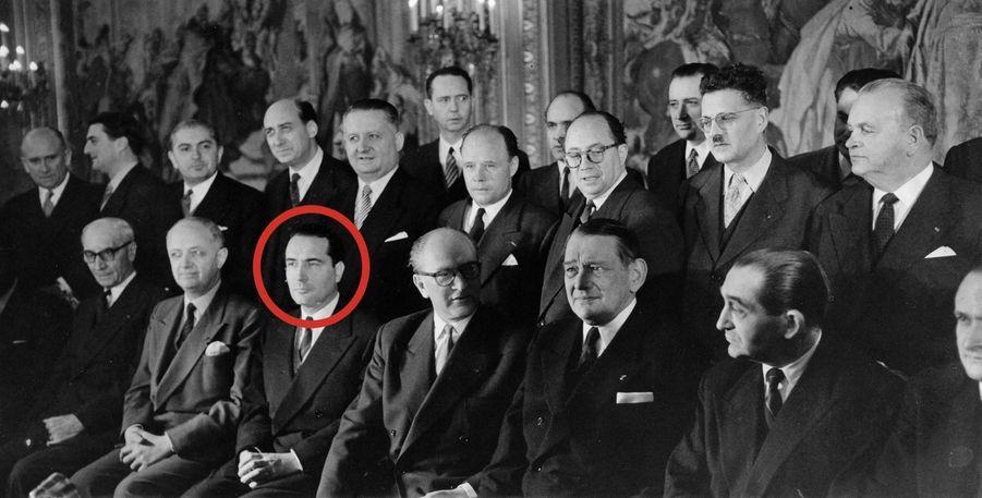 François Mitterrand, garde des Sceaux, est aux côtés du président du Conseil Guy Mollet pour ce cliché du nouveau gouvernement, en février 1956.
