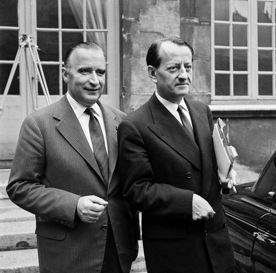 Georges Pompidou aux côtés d'André Malraux le 7 juin 1958. Il est alors directeur de cabinet du Général et âgé de 46 ans.