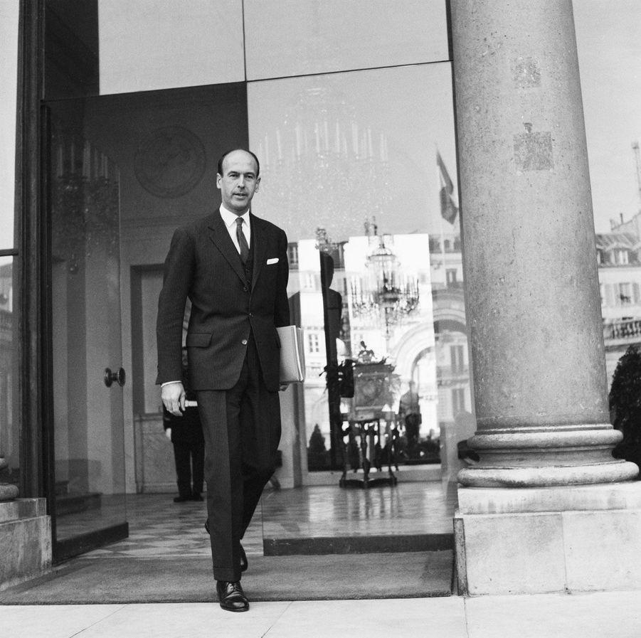 Valéry Giscard d'Estaing quitte l'Elysée le 7 janvier 1966. Il n'est à cet instant plus ministre des Finances et des Affaires économiques.