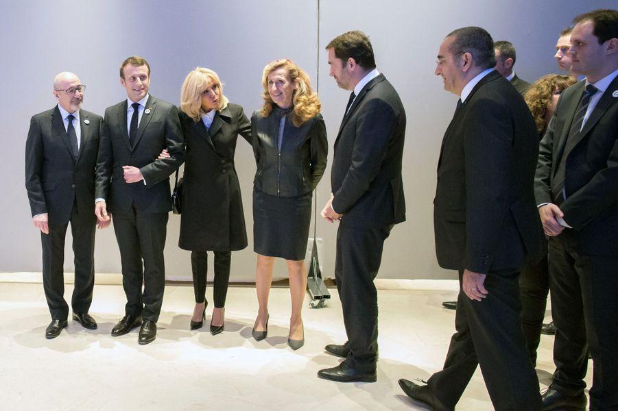 Emmanuel et Brigitte Macron aux côtés de Francis Kalifat, président du Crif, et rejoints parNicole Belloubet, Christophe Castaner etLaurent Nuñez.