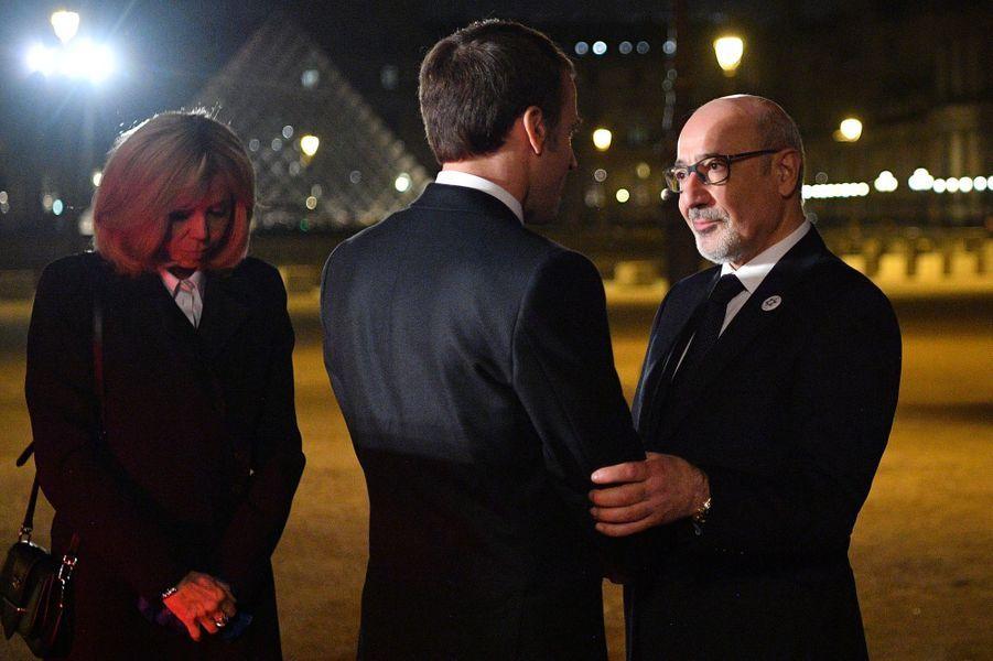 Au Carrousel du Louvre,Francis Kalifat, président du Crif, salueEmmanuel et Brigitte Macron.