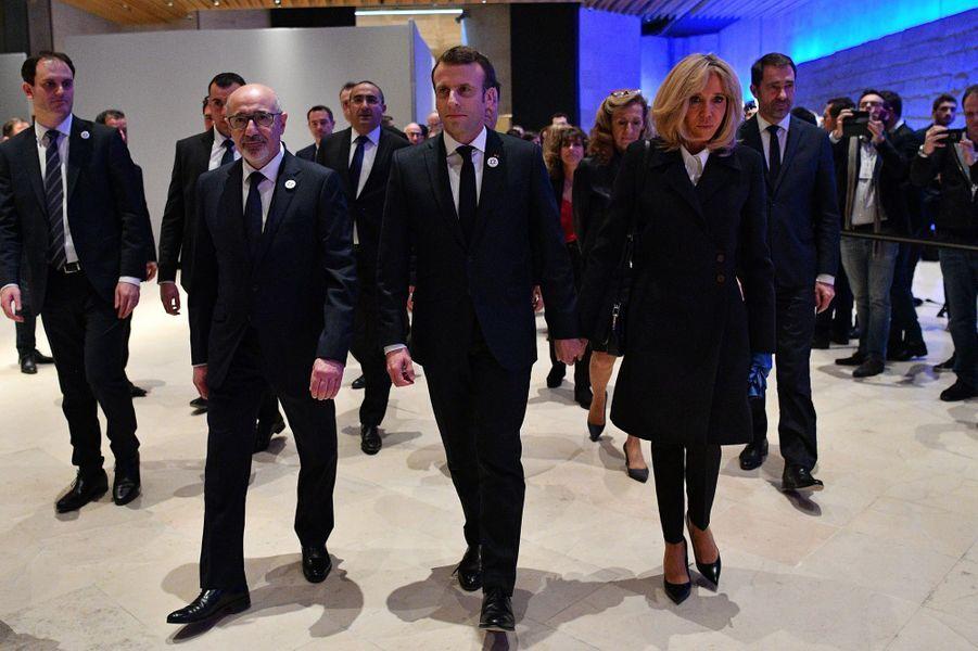 Francis Kalifat, Emmanuel Macron , son épouse Brigitte auCarrousel du Louvre mercredi soir.