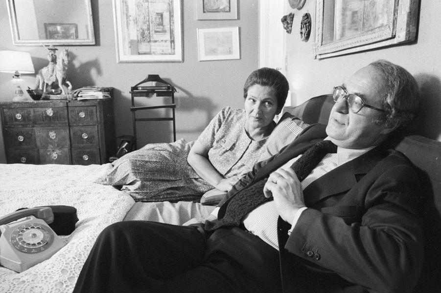 Simone Veil avec son mari Antoine Veil dans leur appartement de la Place Vauban, en juin 1979.