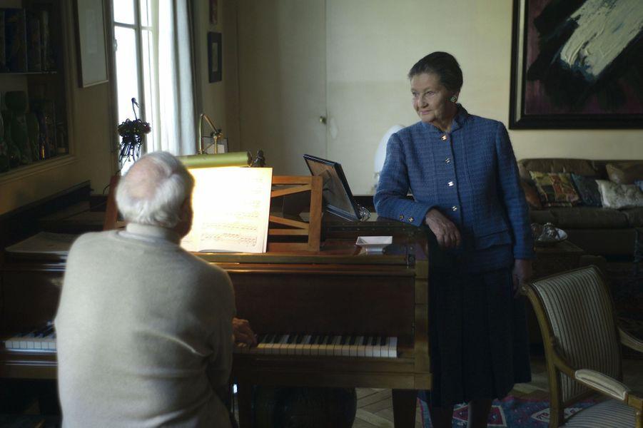 Simone Veil écoutant son mari Antoine jouer du piano dans leur appartement parisien, en octobre 2007.
