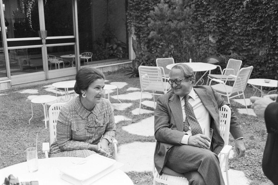 Simone Veil et son mari Antoine discutent dans un jardin autour d'un table ronde, en juillet 1979.