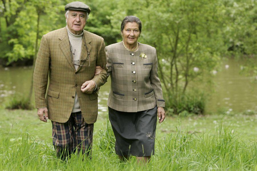 Simone Veil donnant le bras à son mari Antoine se promenant au bord d'une rivière en Normandie, en mai 2005.