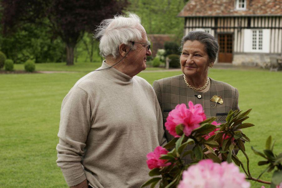 Simone Veil et son mari Antoine se regardant tendrement dans le jardin de leur maison de Normandie, en mai 2005.