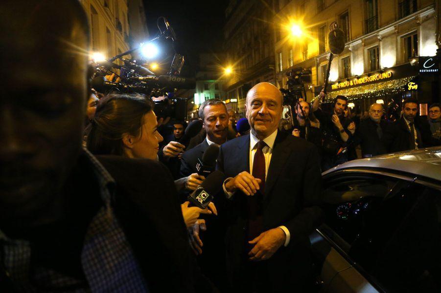Alain Juppé arrive au bar où sont réunis ses soutiens, jeudi soir