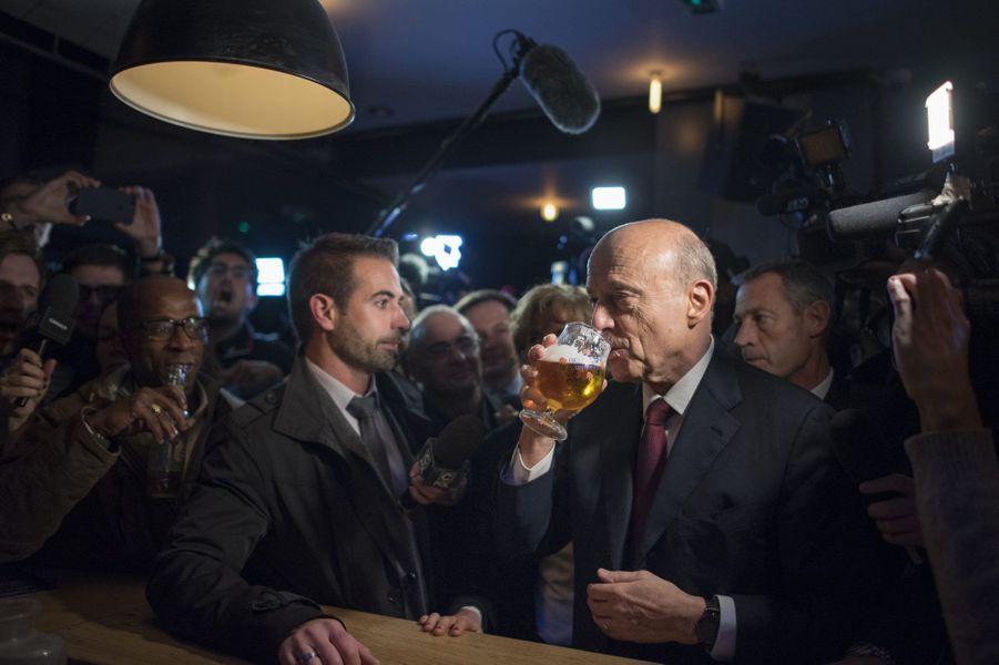 Alain Juppé déguste une bière au comptoir, jeudi soir