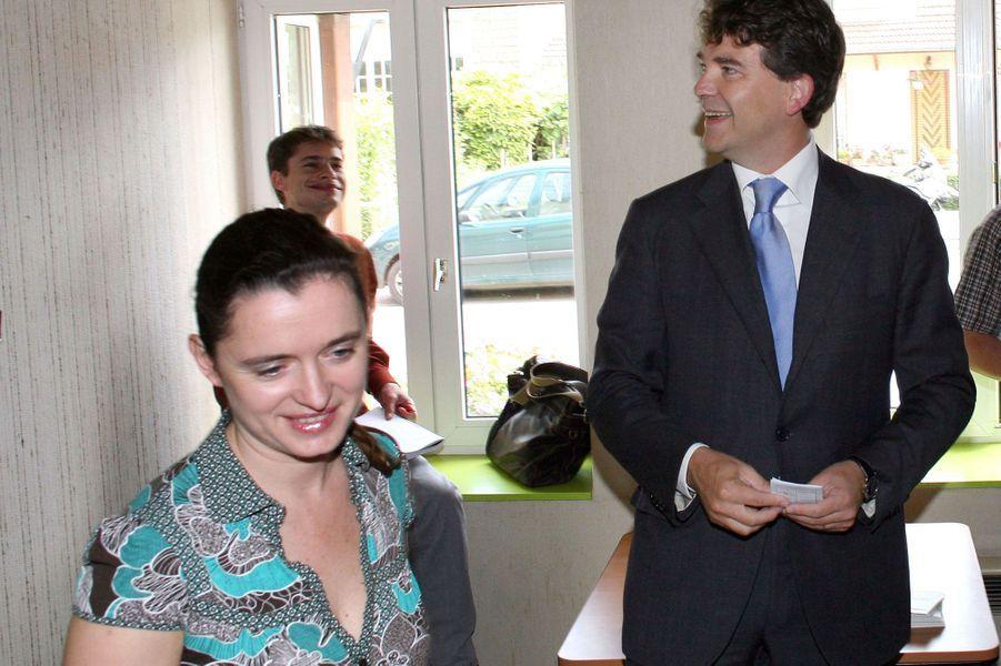 ArnaudMontebourg et Hortense de Labriffe, dans un bureau de vote pour le second tour des législatives 2007.