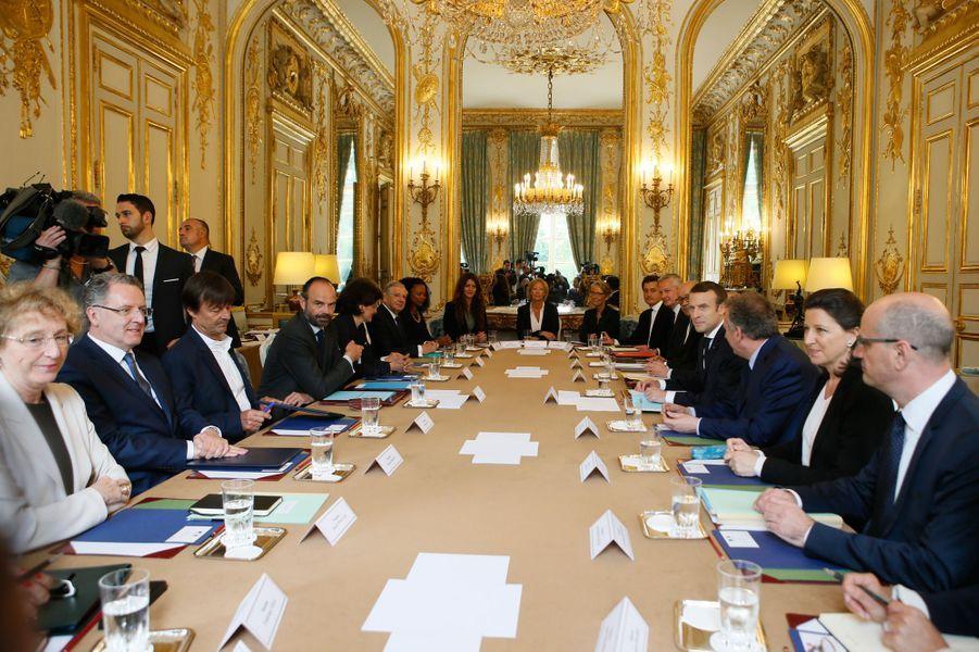 Emmanuel Macron, Edouard Philippe et les membres du gouvernement à la table du Conseil des Ministres.