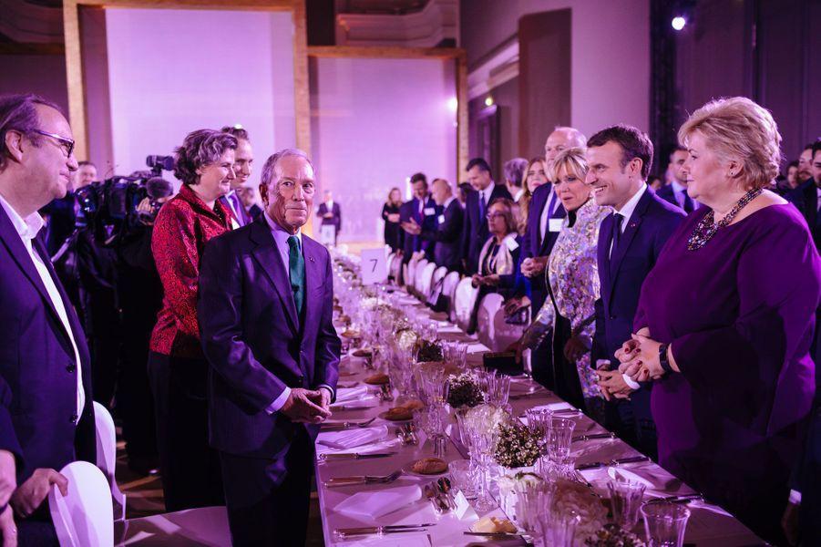 Brigitte et Emmanuel Macron, lundi soir, face à Michael Bloomberg.