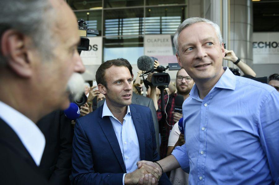 Emmanuel Macron salue Bruno Le Maire au salon de la Coiffure.