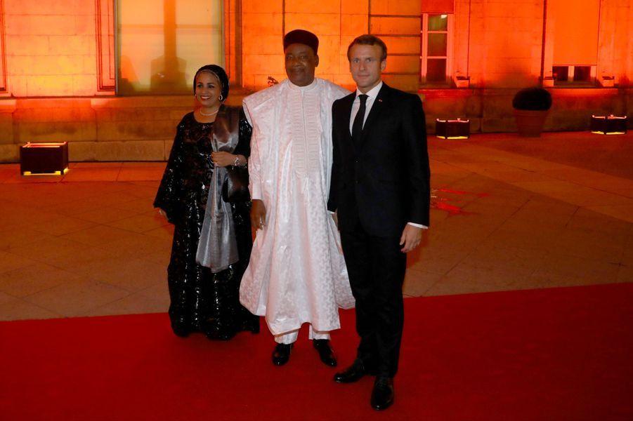Emmanuel Macron aux côtés de Mahamadou Issoufou, président de la République du Niger,et son épouse.