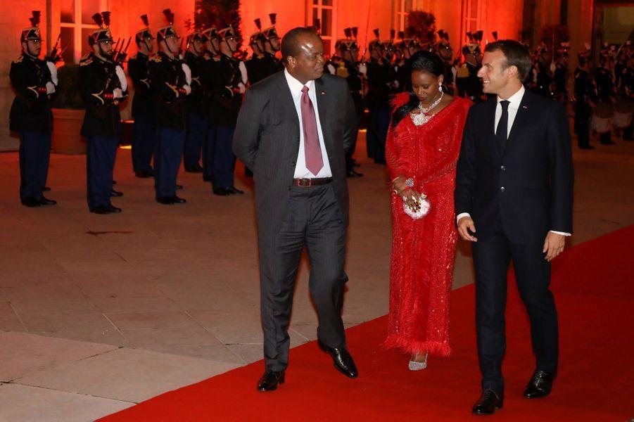 Emmanuel Macron en compagnie de Mswati III, roi de l'Eswatini, et son épouse.