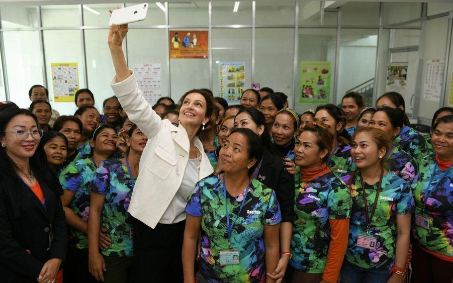 Avec les ouvrières d'une usine textile de Phnom Penh, formées à lire, à écrire et à compter par un programme de l'Unesco, le 6 décembre.