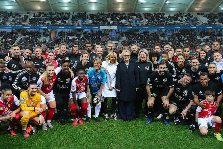 Brigitte Macron et Muriel Robin entourées des équipes à Reims, le 20 mars 2019.