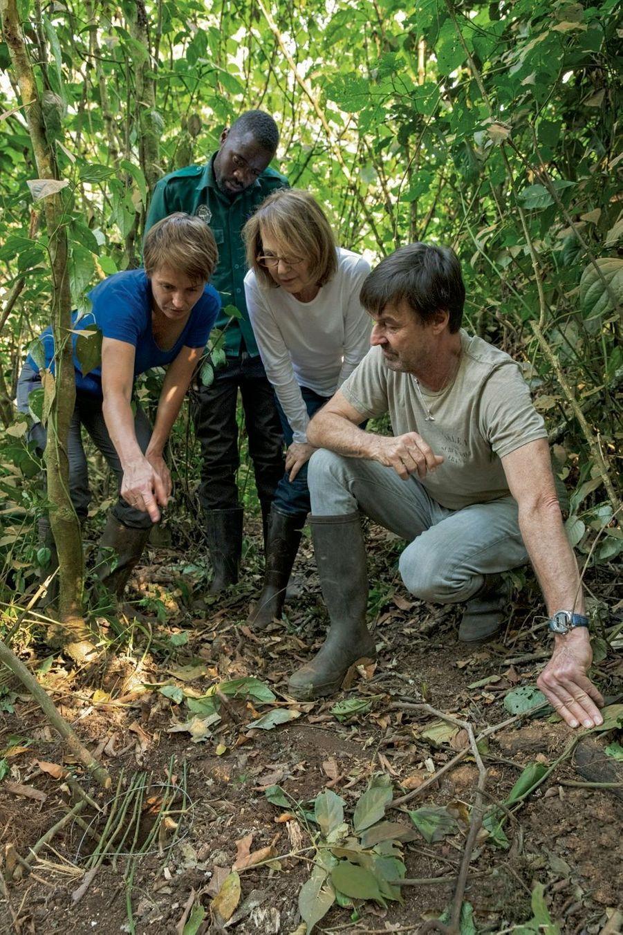 Sabrina pointe du doigt un piège à collet avec un nœud coulant qui mutile les pieds ou les doigts des chimpanzés. Il sera retiré par le pisteur.