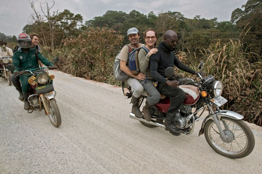 Sur l'unique route qui traverse le parc national de Kibale, la journée démarre. Derrière Nicolas et Nathalie, la scientifique Sabrina Krief
