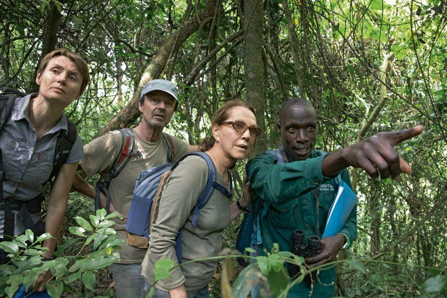 Wilson, l'écogarde, montre un chimpanzé. Il n'est pas facile à discerner lorsqu'il court au sol.
