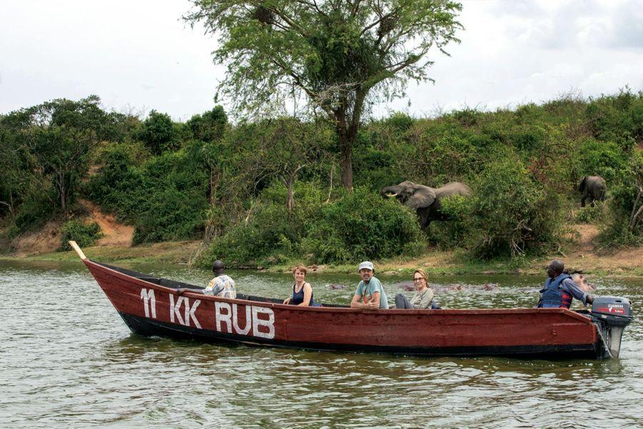 Dans la pirogue de pêcheur a aussi pris place Sabrina Krief, professeure au Muséum national d'histoire naturelle. Ils naviguent sur la voie d'eau qui relie deux lacs dans le parc national Queen Elizabeth, le 7 février.