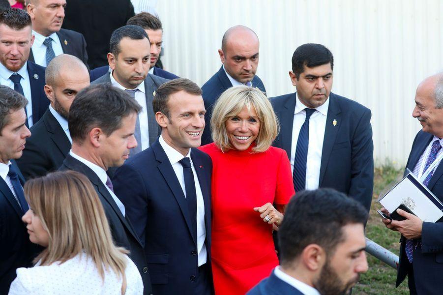 Emmanuel et Brigitte Macron visitent la Maison Charles-Aznavour à Erevan, en Arménie, jeudi.
