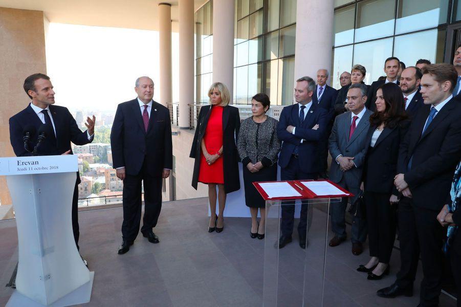 Emmanuel Macron s'adresse aux proches de Charles Aznavour, notamment, lors d'une visite de la Maison Charles-Aznavour jeudi à Erevan.