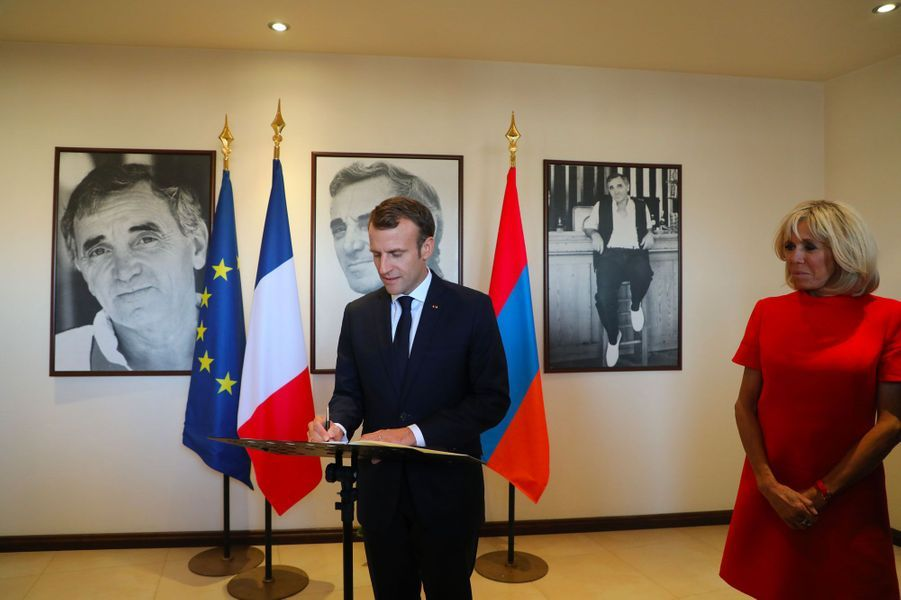 Emmanuel Macron laisse un mot dans le livre d'or. «Le grand Charles nous manque», a écrit le président.