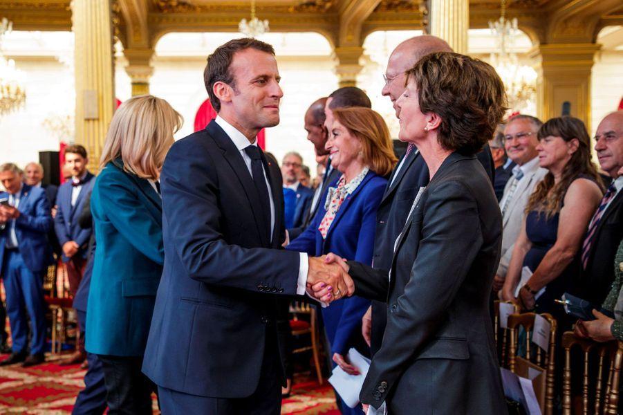 Emmanuel Macron salue la présidente directrice générale de la Française des jeux, Stéphane Pallez, jeudi à l'Elysée.